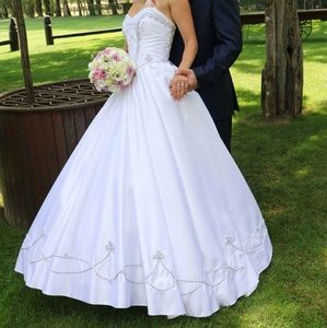 Dresses & Skirts - Wedding gown size S-M